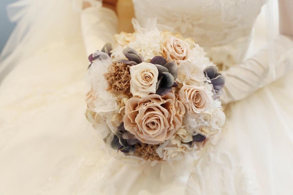 シックな色彩のウェディングブーケを持つ花嫁