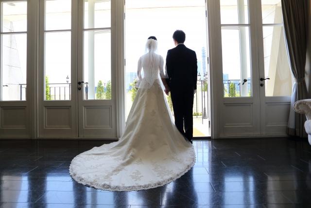 高身長の花嫁さんが着こなす丈の長いウェディングドレス
