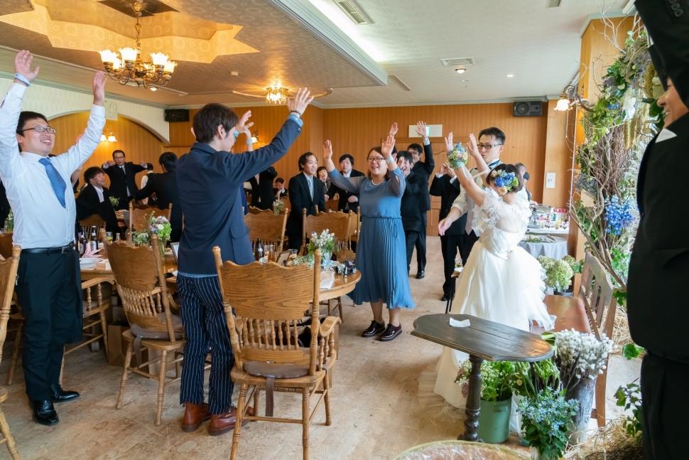 結婚パーティーで盛り上がるゲスト
