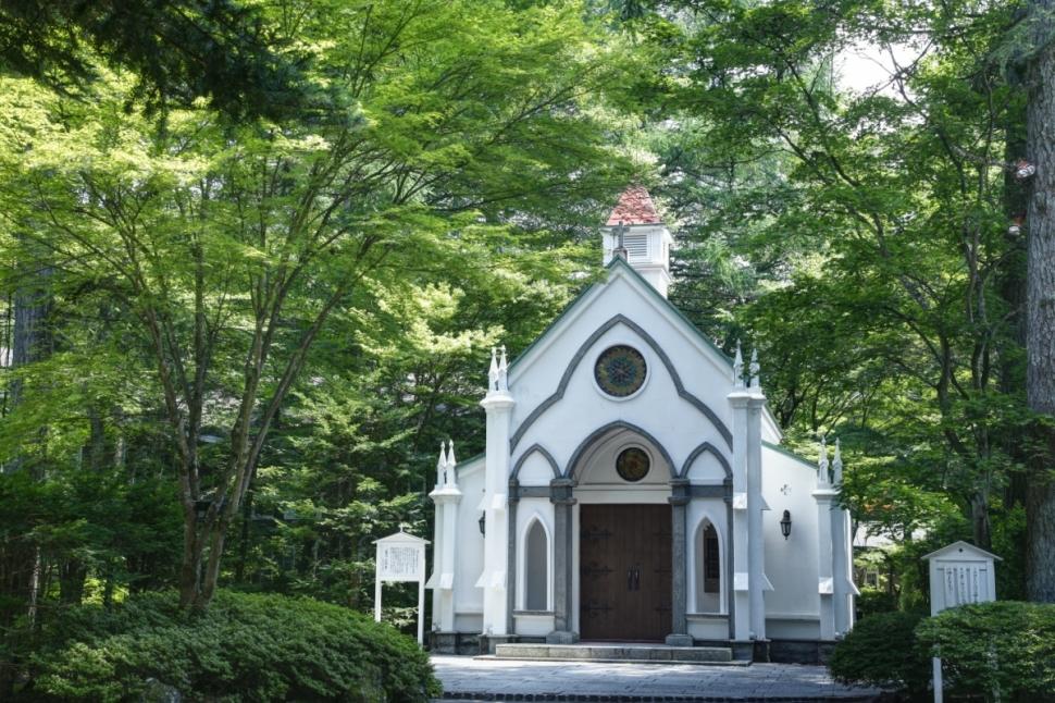 木々に囲まれた軽井沢リゾートの教会