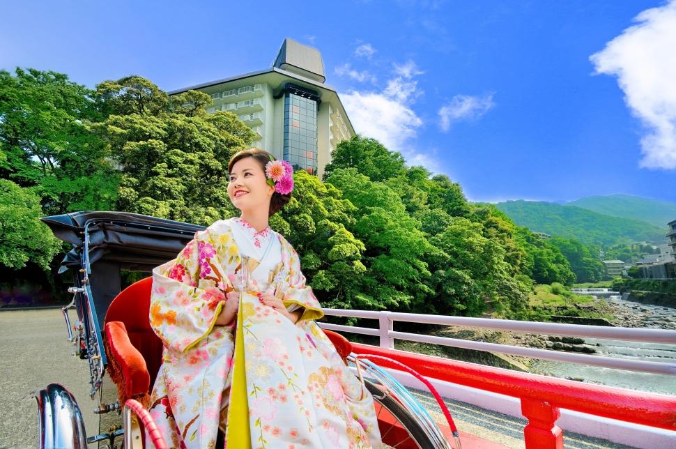 湯本富士屋ホテルの前で和装フォトウェディング