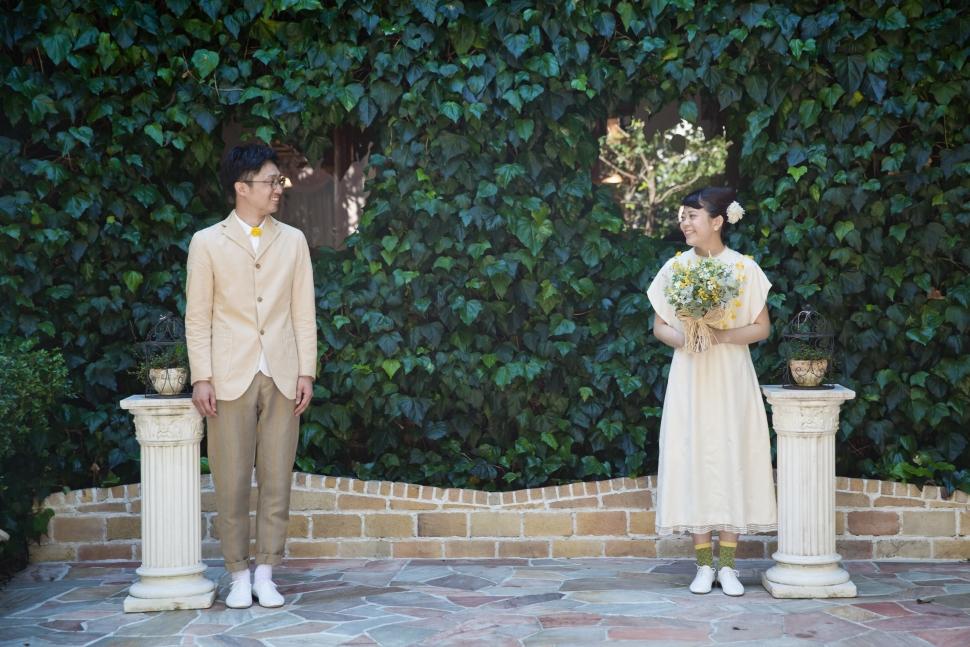 カジュアルなタキシードとドレス姿の新郎新婦