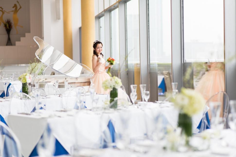 レストランウェディングでカラードレスを着る花嫁
