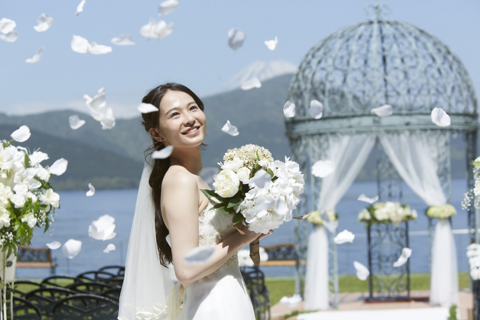 芦ノ湖の前のガゼボと花嫁