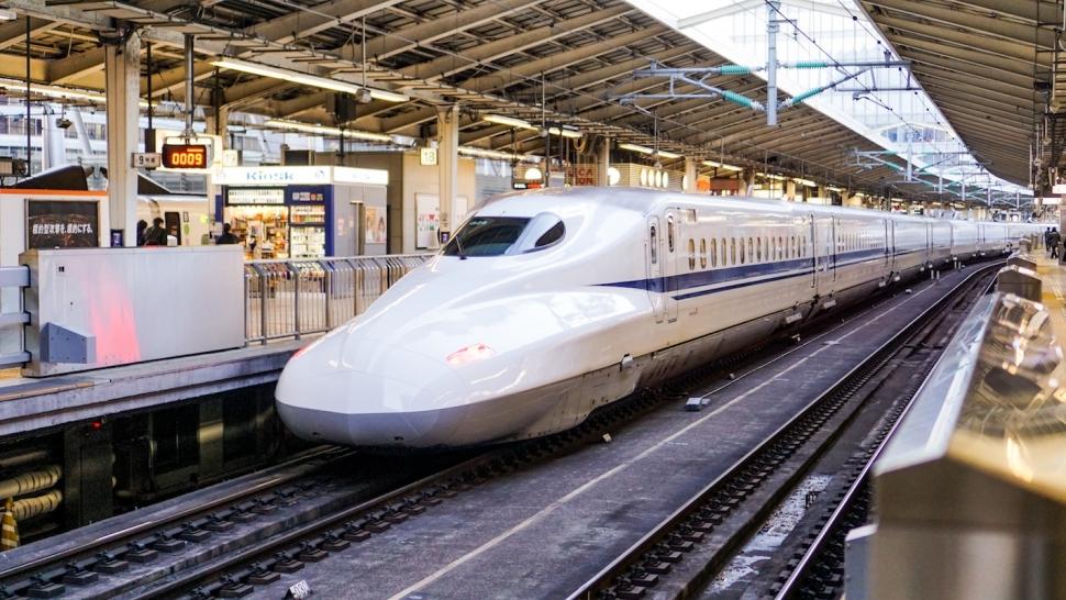 駅のホームに停まっている新幹線