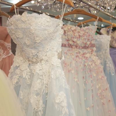 ドレスショップに並ぶカラードレス