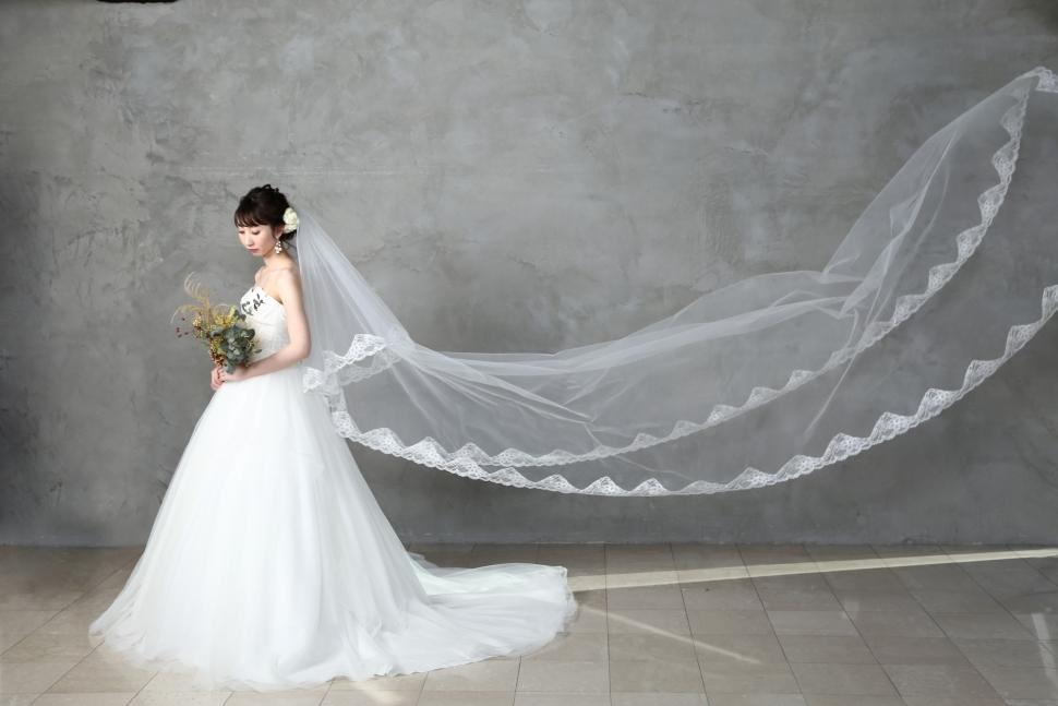 大人花嫁が美しく着こなすクラシックなウェディングドレス